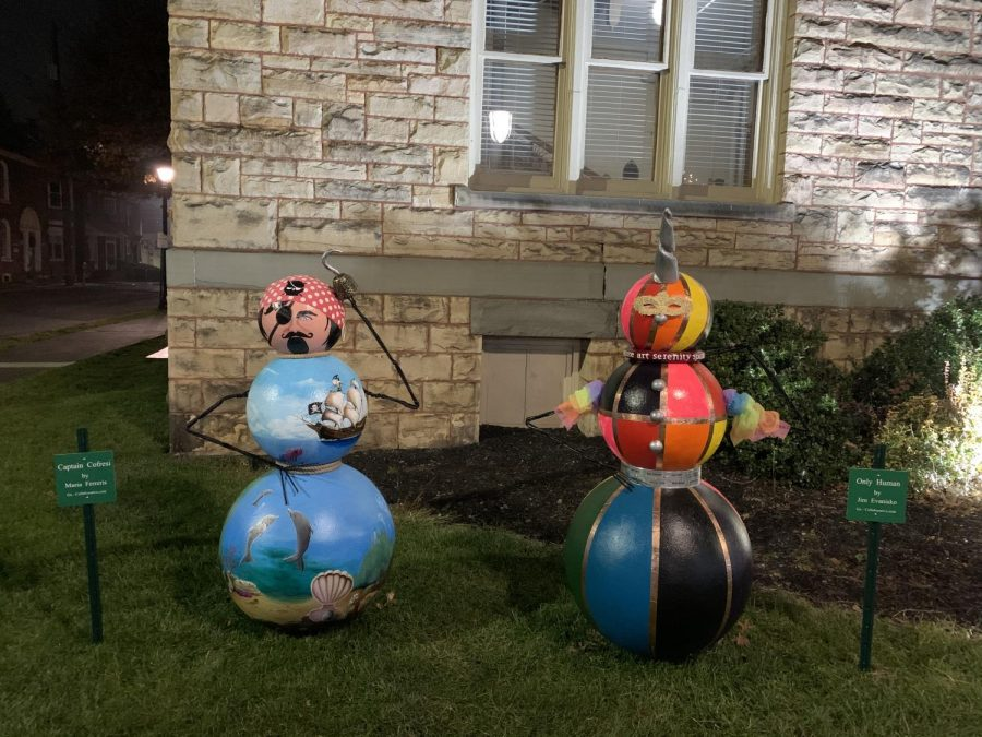 Snowmen located next to steps in the courthouse.